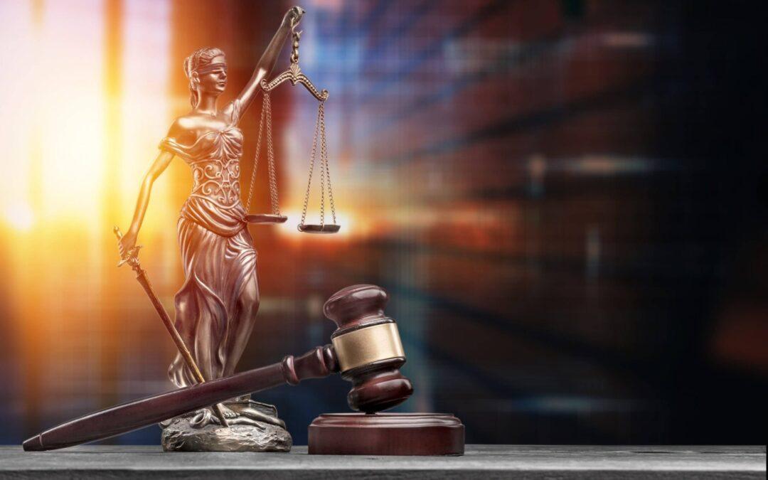 El Juzgado de lo Penal n.º 1 de Getafe (Madrid) ha absuelto, en su reciente sentencia de 1 de junio de 2021, al hombre que fue acusado de un delito de usurpación de funciones públicas por identificarse, ante dos vigilantes de seguridad, como Agente del Cuerpo Nacional de Policía, exhibiendo una placa-emblema simulada.
